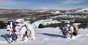 Erzincan Kemah'ın karlı dağlarında Komando Marşı