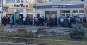 Bayburt'ta banka önlerinde ikramiye kuyruğu