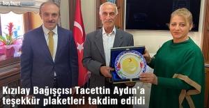 Kızılay Bağışçısı Tacettin Aydın'a teşekkür plaketi