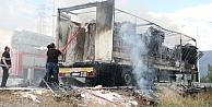 Mobilya yüklü TIR yandı