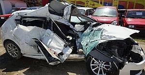Üniversitelilerin bulunduğu otomobil tıra çarptı