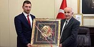 Vali Odabaş'a Osmanlı Tuğrası hediye edildi