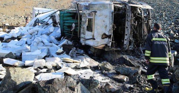 Uçuruma devrilen tırın sürücüsü öldü
