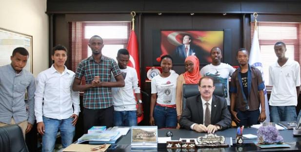 Yabancı uyruklu öğrencilerden Rektör Coşkun'a ziyaret
