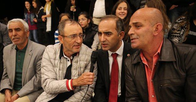 Karaoğlu, 'sıra gecesi'nde türkü söyledi